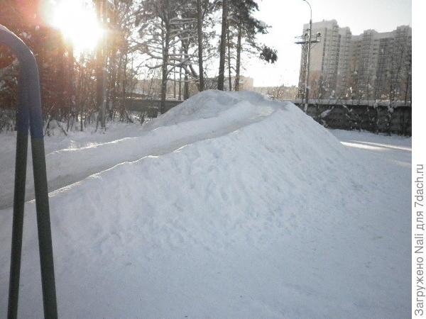 Эту горку построили из снега еще до Нового года.