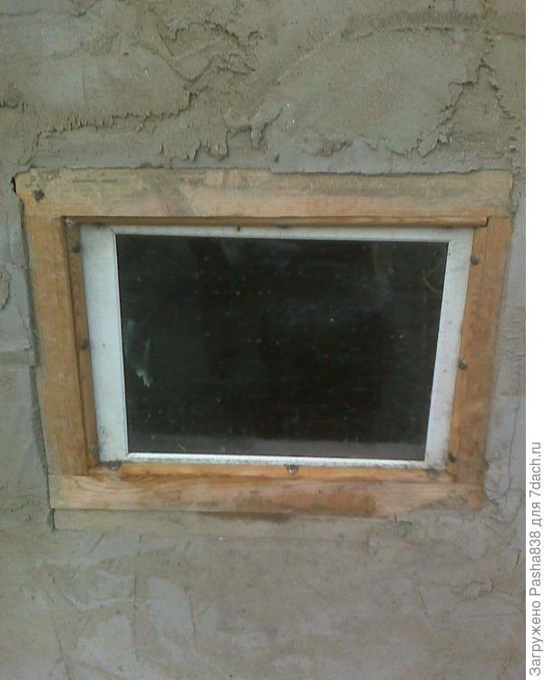 Окошек в домике четыре, это окно - из древнего планшетного сканера. Я всегда собираю всевозможные стёкла и вставляю их в животноводческие помещения, делаю самодельные окошки.