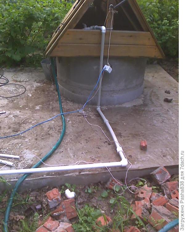 Пока так. Розетка от реле давления. Закапывать трубу - не захотел, здесь немного низина, весной талая вода лужей стоит. Решил пустить по верху, с греющим кабелем в утеплительной кишке.