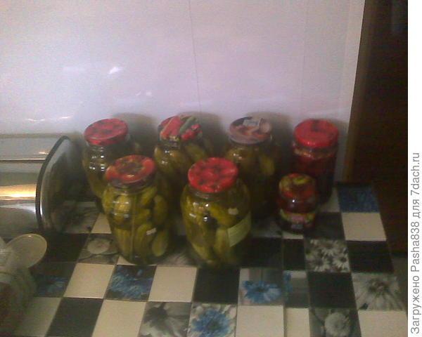 огурцы. Ну и пара баночек клубничного варенья (делалось в один день, фото до уноса в погреб).