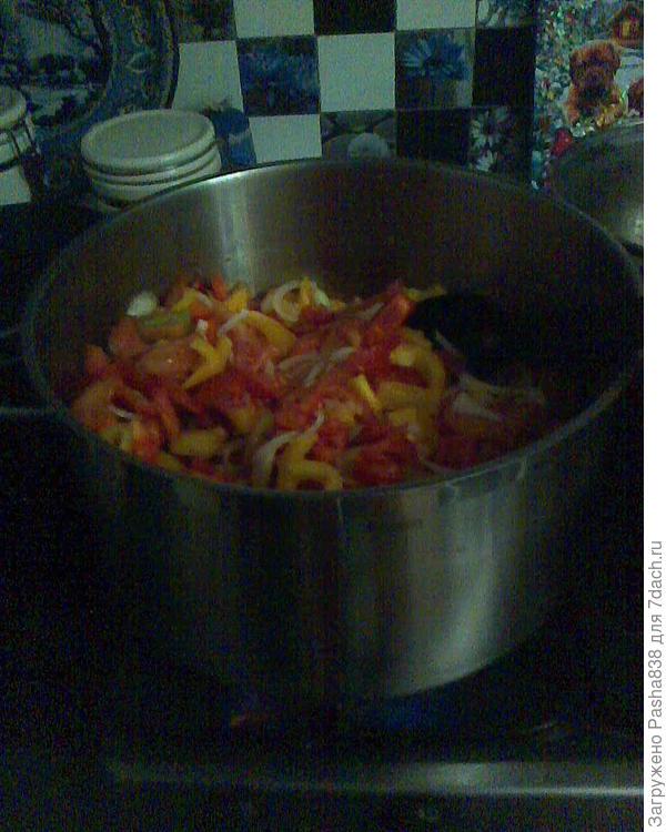 сырая заготовка в кастрюле, куда вливаем 200 мл воды с солью и сахаром