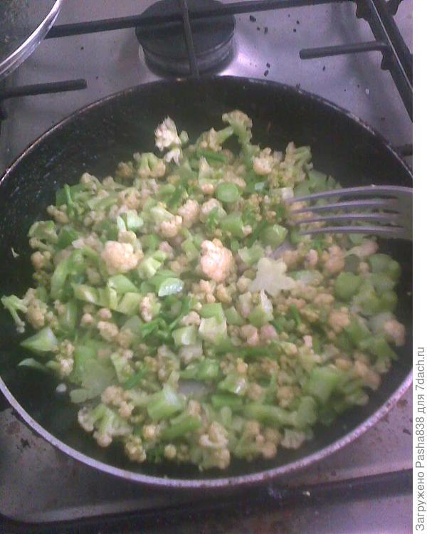 последняя цветная капуста в этом году, снятая с грядки. Обжариваю, потом заливаю яйцом.