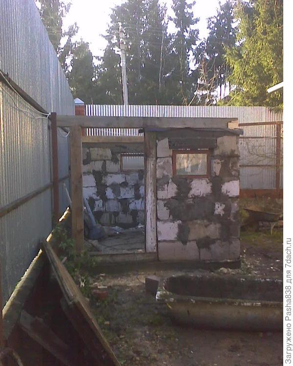 свинарник в процессе. Главное что бетонные работы окончены, а с деревяшками можно и зимой на морозе работать.