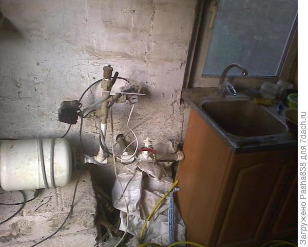 Художественный беспорядок в хлеву возле старой кухонной мойки (живность сюда особо не ходит, она отделена сеткой). У меня всегда и везде так, я люблю жить в хаосе, вот чтобы всё везде валялось ))