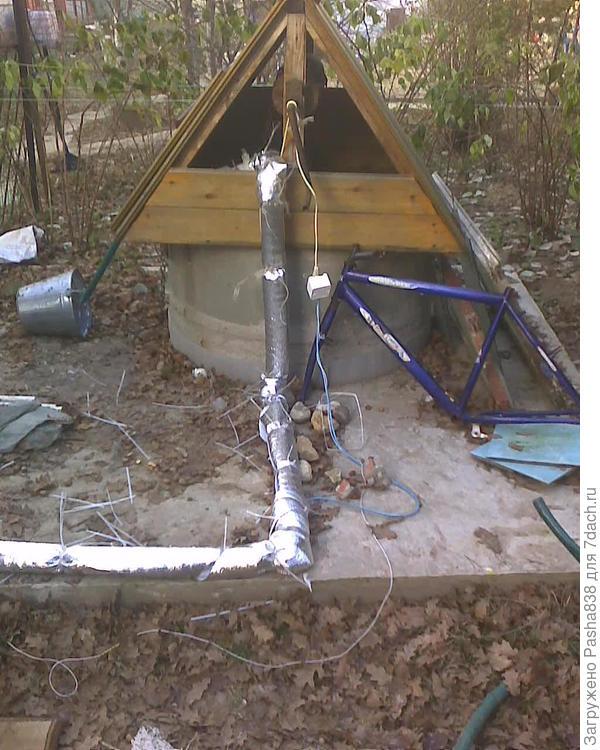 Колодец со всяким барахлом, которое мне всё недосуг убрать. Думаю в будущем кольцо обмотать толстым изоспаном и отделать каменной кладкой, когда наберу достаточно камней. Вокруг колодца железобетонная площадка. Раму от велосипеда нашел в лесу, пока не решил чего с ней делать - то ли докупить к ней всё остальное и собрать велосипед, то ли в бетон её закатать вместо арматуры. Наверное, буду собирать велосипед.