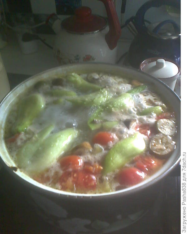 После чего костяшки вытаскиваются, мясо с них (там его немного, но всё же есть чего снять) кидается обратно в кастрюлю и туда чистится картошка, режется болгарский перец, какие-нибудь мелкие осенние баклажанчики кружками и перуанские огурцы, из которых надо вынуть семечки. А, и еще туда надо перезрелых помидор порезать, они сок дадут и суп будет слегка томатным.