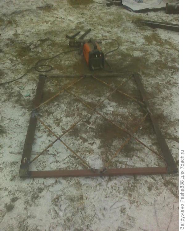 Получилась вот такая вот вещь. 128 см высотой, 108 шириной. Т.е. через неё при необходимости легко можно будет проехать с груженой тачкой, ну а высота вполне достаточна чтобы коза не перепрыгивала.