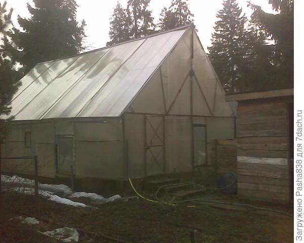 Помидорная теплица. Высокая сварная крыша обеспечивает съезжание снега, кроме того, в этой теплице нет перегрева, а ночью - переохлаждения, большой объем воздуха убирает резкие скачки температуры. Весной перед посадкой растений теплицу, понятное дело, придется изнутри основательно мыть (я это делаю тупо шлангом и тряпкой). Гуси когда там живут брызгаются (они купаются) и поликарбонат и стекла изнутри за зимний период пачкаются. В прочем, мытьё там весной очень уместно - всё равно после весеннего солнца теплицу крайне желательно водой проливать (почва чересчур сухая).