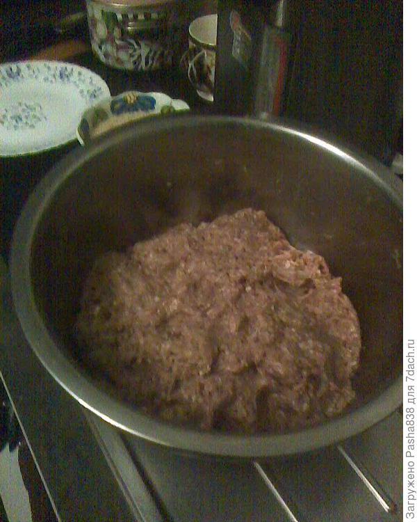 Провернул я фарш. Сначала взял подготовил мясо на прокручивание (то что там совсем с хрящами или нижними кусками ребер - обрезал и отложил всё же на варку, может долежится до заведения собаки в морозилке), потом почистил туда одну большую картофелину и тоже порезал, чтобы пролезала в мясорубку, далее взял три большие луковицы почистил и порезал, потом начистил пару головок чеснока (не знаю, надо ли было столько чеснока, но я очень люблю чеснок поэтому положил и его), достал из хлебницы пару видавших виды и подсохших оковалков белого хлеба, размочил их, отжал и положил туда же на прокручивание, ну и провернул это всё, получилась вот такая вещь. Делалось это всё вчера, а сегодня я разбил туда пару яиц (благо куры сейчас вполне  несутся) и замесил.
