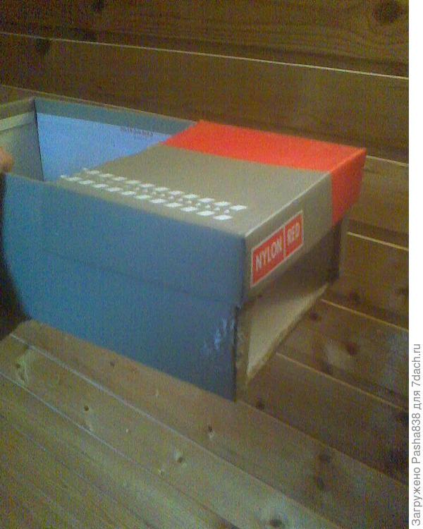 Молодняк держу обычно в коробках. Из соображений пожарной безопасности от ламп накаливания возле них я отказался, а придумал подставлять такие коробки к батареям, благо в доме сейчас работает отопление и они теплые.