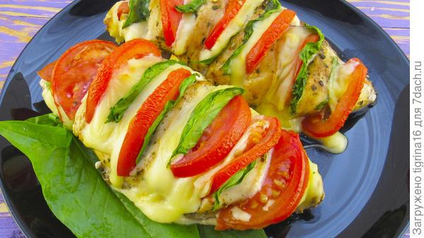 Куриная грудка с сыром и помидорами
