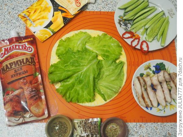 На лепёшку выложить зелёные листья салата.