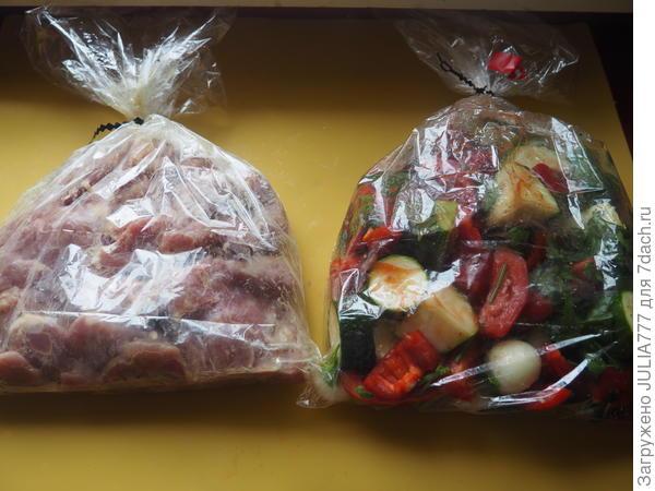 Складываем мясо и овощи в два пакета для запекания