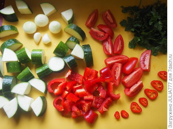 Овощи режем кусочками произвольно