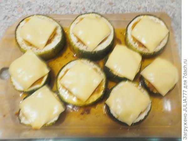 Накрываем кусочком сыра