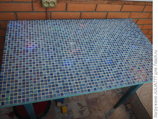 Стол с мозаикой.