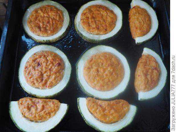 Кабачки, запеченные с куриным фаршем и пряным томатным соусом. Пошаговый рецепт приготовления с фото