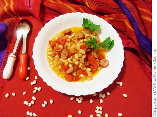 Гуляш с фасолью и острыми копчеными колбасками