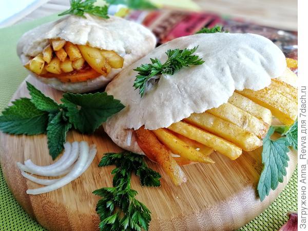 Гирос с маринованными рёбрышками, соусом - Дзадзики - и пряным картофелем