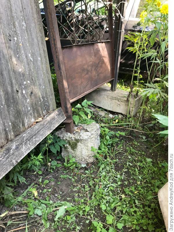 В таком состоянии забор, на границе с соседом не бетонировали, просто вбивали или вкапывали и стоят ровненькие