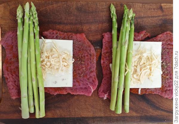 Рулетики из говядины со спаржей - пошаговый рецепт приготовления с фото