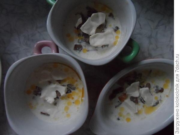 Налить сливки, добавить немного плавленого сыра