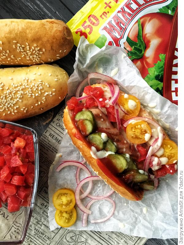 Хот-доги с маринованным луком и кетчупом Махеев
