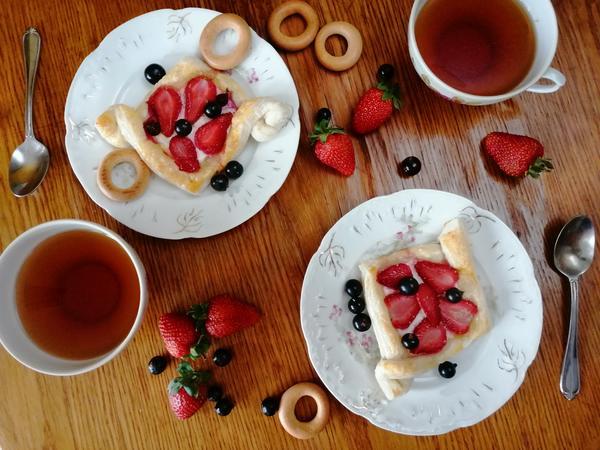 Булочки из слоеного теста с ягодами