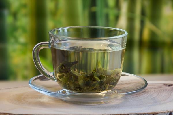 Зеленый и черный чай обладают мочегонным действием и способствуют выводу остатков алкоголя