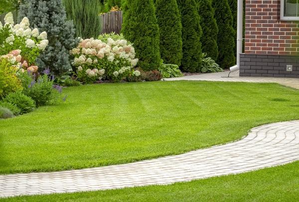 Идеальный газон - не мечта, а результат заботливого ухода