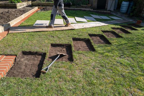 Очень важно рассчитать толщину вынутого слоя почвы, чтобы финальный уровень шаговых элементов совпадал с поверхностью почвы