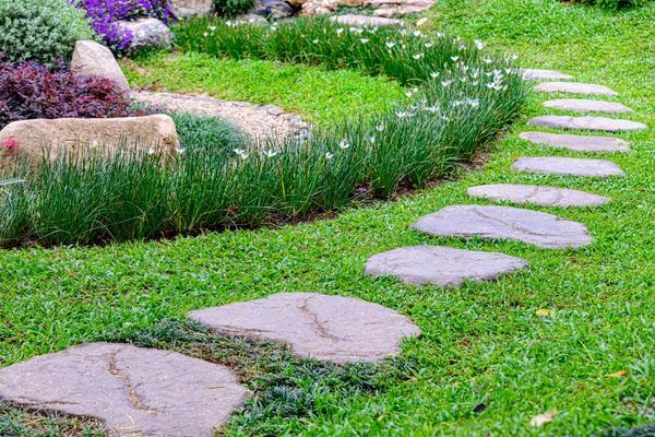 Протоптали тропинку на газоне? Подумайте об устройстве полноценной дорожки на ее месте