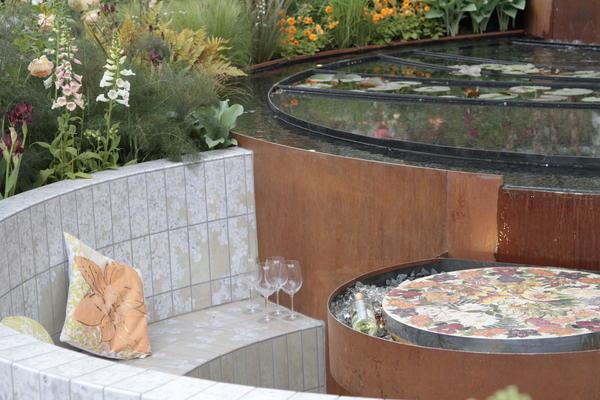 Специальная кортеновская сталь с красивой ржавой патиной может быть использована в отделке водоема