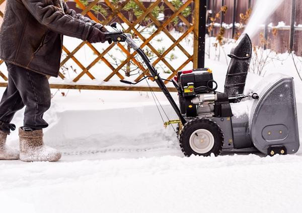 Снегоуборщик на даче пашет с декабря по февраль
