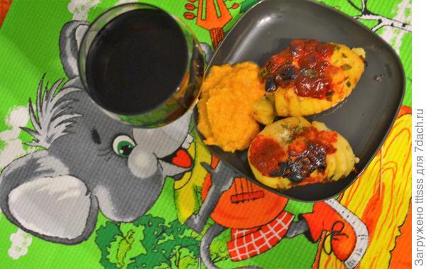 Картошка, запеченная в фольге, со сметанным и томатным соусами. Рецепт фото