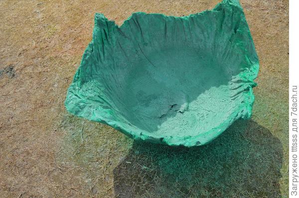 Делаем отверстие на днище вазона
