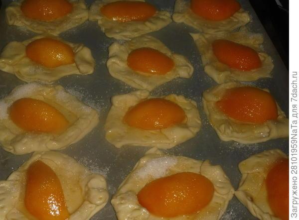 Слойки с консервированными персиками - пошаговый рецепт приготовления с фото