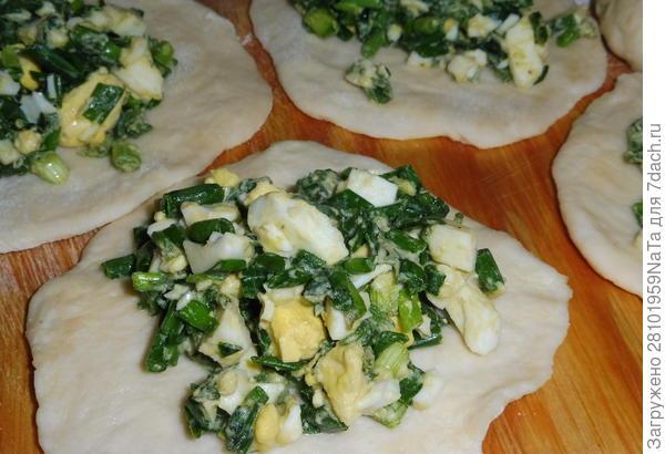 Пирожки из дрожжевого теста с зеленым луком, крапивой и вареными яйцами. Пошаговый рецепт приготовления с фотографиями