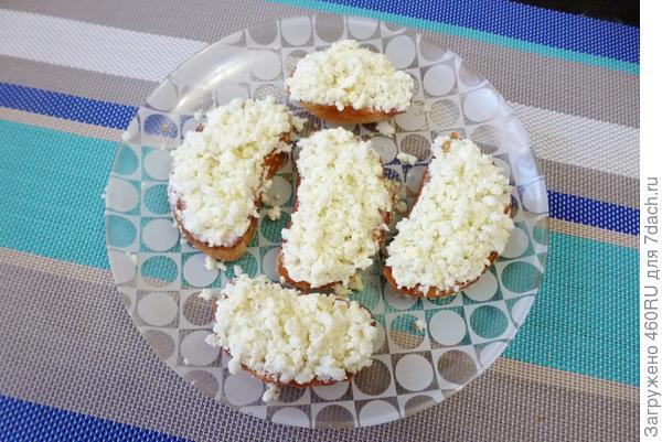 Бутерброды со шпротами и маринованными огурцами. Пошаговый рецепт с фото