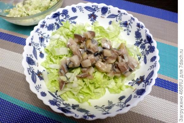 Зеленый салат с селедкой, пекинской капустой и авокадо. Пошаговый рецепт с фото