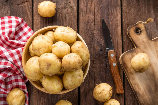 Свежий картофель без кожуры хорошо помогает при ушибах и укусах насекомых
