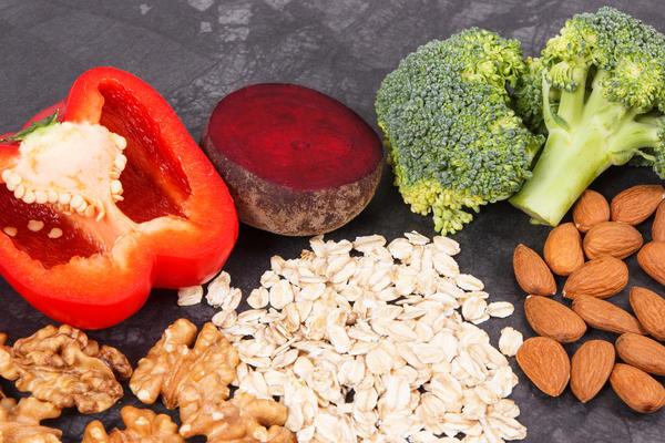 Клетчаткой богаты цельнозерновые крупы, отруби, многие овощи и фрукты