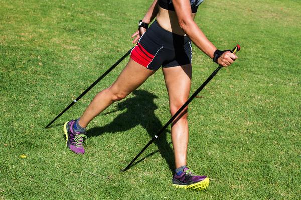 При правильной технике во время ходьбы участвуют все мышцы плечевого пояса