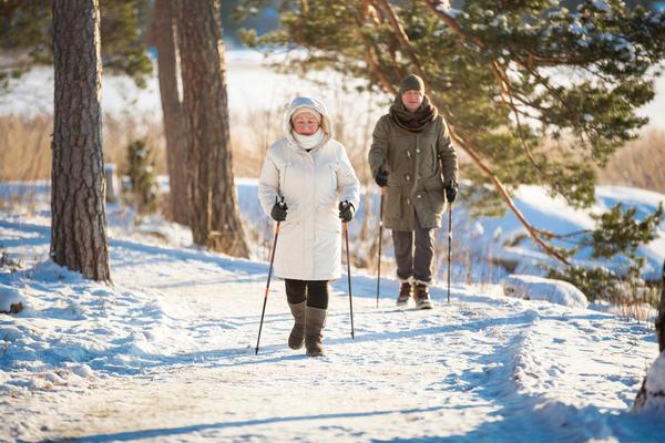 Заниматься скандинавской ходьбой можно в любое время года