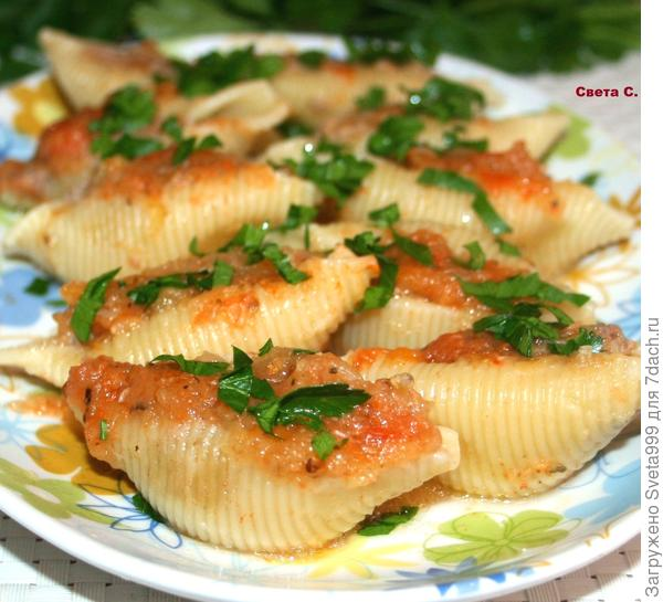 """Макароны """"ракушки"""" фаршированные мясным фаршем с овощным соусом"""