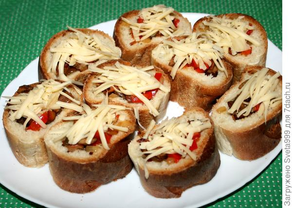 Рецепт быстрой закуски: ломтики багета, запеченные с грибами, овощами и сыром. Пошаговые фото