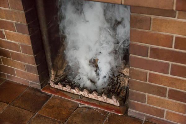 При хорошшей тяге дым и огонь устремляются вверх, а не в помещение