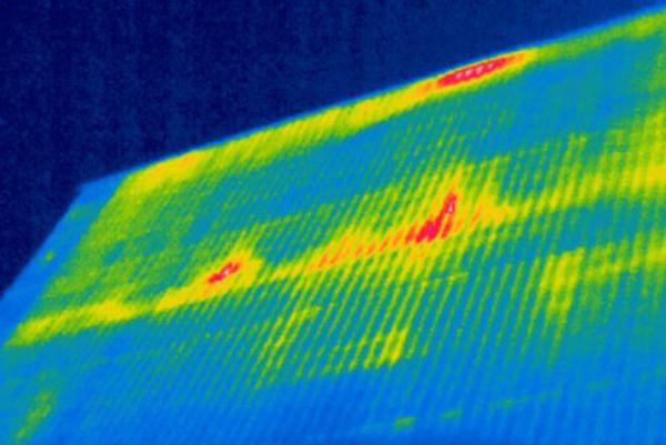 Вот так на тепловизоре виден скат кровли, в котором уже образовалась протечка