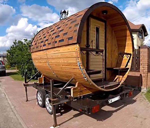 Так будет выглядеть готовая баня-бочка, которую можно транспортировать на автоприцепе