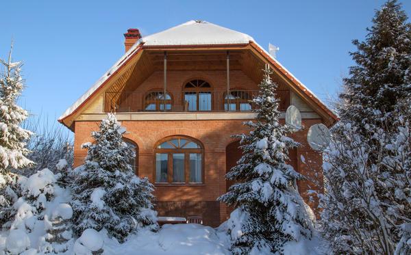 Фасады кирпичных домов с арочными окнами выглядят очень эффектно